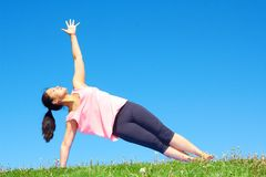 Молодая красивая женщина смешанной гонки делая йогу Стоковое фото RF