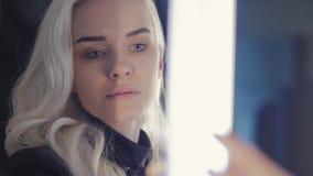 Молодая красивая женщина смотрит отражение белокурая модель способа привлекательный студент девушки сток-видео