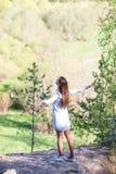 Молодая красивая женщина стоя на краю скалы стоковая фотография