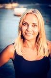 Молодая красивая женщина с большой улыбкой на стороне и стоковая фотография
