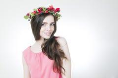 Молодая красивая женщина с венком цветка на голове Стоковые Изображения RF