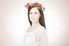 Молодая красивая женщина с венком цветка на голове стоковая фотография