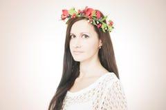 Молодая красивая женщина с венком цветка на голове стоковые изображения