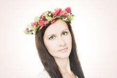 Молодая красивая женщина с венком цветка на голове Стоковое фото RF