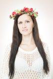 Молодая красивая женщина с венком цветка на голове Стоковая Фотография RF