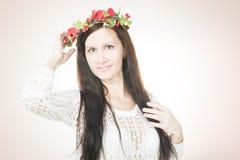 Молодая красивая женщина с венком цветка на голове стоковые фото