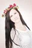 Молодая красивая женщина с венком цветка на голове стоковое фото
