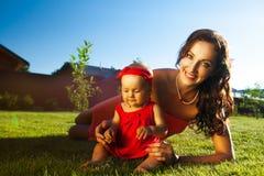 Молодая красивая женщина с младенцем Стоковая Фотография