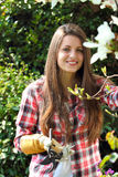 Молодая красивая женщина с ножницами сада стоковая фотография rf