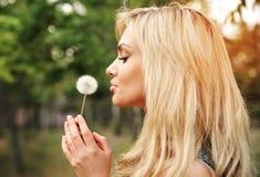 Молодая красивая женщина с одуванчиком Стоковая Фотография RF