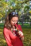 Молодая красивая женщина с розой в парке Стоковое Изображение