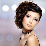 Молодая красивая женщина с современным стилем причёсок стоковые изображения rf