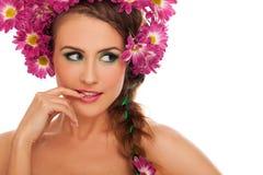 Молодая красивая женщина с цветками в волосах стоковое изображение