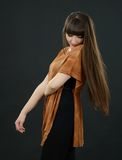 Молодая красивая женщина с челками в студии Стоковые Фотографии RF