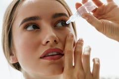 Молодая красивая женщина с Eyedrops Концепция зрения и медицины Стоковые Фотографии RF