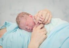 Молодая красивая женщина с newborn Стоковое Изображение RF