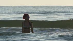 Молодая красивая женщина redhead идя в море развевает в замедленном движении акции видеоматериалы