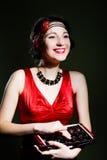 Молодая красивая изумительная женщина в 20s ввела красный цвет в моду Стоковые Фото