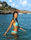 Молодая красивая и сексуальная девушка при tan тело имея ванну на море в испанском пляже наслаждаясь летом Стоковые Фото