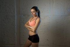 Молодая красивая и сексуальная женщина в верхней части фитнеса и шорты с совершенный представлять брюшка стоковое изображение rf