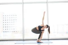 Молодая красивая йога женщины представляя на панорамной предпосылке города окон Стоковая Фотография RF