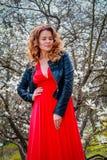 Молодая красивая кавказская женщина в зацветая саде весны магнолий Стоковое Фото