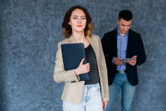 Молодая красивая коммерсантка держа портативный компьютер на деловой встрече Стоковые Фото
