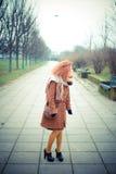 Молодая красивая красная женщина вьющиеся волосы Стоковая Фотография