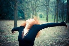 Молодая красивая красная женщина вьющиеся волосы Стоковое Изображение