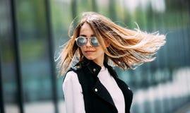 Молодая красивая модель в городе Солнечные очки красивой белокурой женщины нося Динамически маленькая девочка идет вниз с улицы В Стоковое фото RF