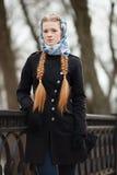 Молодая красивая модная женщина redhead с hairdo оплеток в куртке канавы черноты джинсовой ткани голубого белого headcraft стильн стоковые фотографии rf