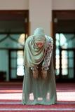 Молодая красивая мусульманская женщина моля в мечети Стоковое Изображение RF
