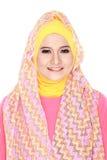 Молодая красивая мусульманская женщина с hijab розового костюма нося Стоковые Фотографии RF