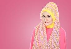Молодая красивая мусульманская женщина с hijab розового костюма нося стоковые изображения rf