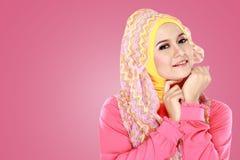 Молодая красивая мусульманская женщина с hijab розового костюма нося стоковые фото