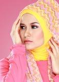 Молодая красивая мусульманская женщина с hijab розового костюма нося Стоковые Изображения