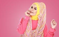 Молодая красивая мусульманская женщина с hijab розового костюма нося Стоковое Фото