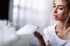 Молодая красивая невеста в стиле boho и белых пер Стоковые Изображения RF