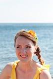 Молодая красивая невеста девушки в оранжевом платье Букет лета в руках  Стоковые Фото