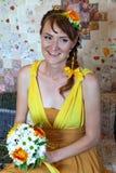 Молодая красивая невеста девушки в ярком оранжевом платье в русском деревянном доме Стоковая Фотография RF