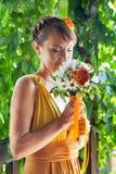Молодая красивая невеста девушки в ярком оранжевом платье в русском деревянном доме Стоковые Фотографии RF