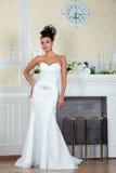 Молодая красивая невеста стоя близко камин Стоковые Фото