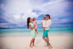 Молодая красивая семья при 2 дет смотря Стоковое фото RF