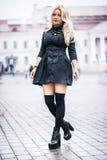 Молодая красивая стильная первоклассная девушка нося черное платье стоковые фотографии rf