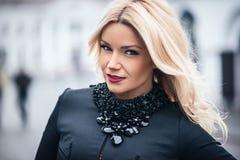 Молодая красивая стильная первоклассная девушка нося черное платье стоковая фотография
