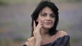 Молодая красивая темн-с волосами женщина идя и танцуя в поле лаванды акции видеоматериалы