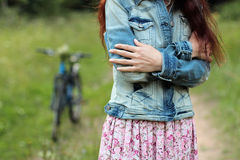 Молодая красивая, ультрамодная одетая женщина с велосипедом Красота, мода, образ жизни Стоковая Фотография RF