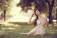 Молодая красивая японская женщина с цветками Стоковые Изображения