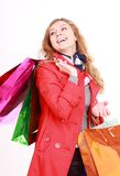 Красивейшая женщина с хозяйственные сумки. Изолировано на белизне. Стоковые Изображения