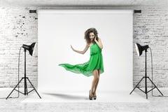 Молодая красивейшая женщина в зеленом платье стоковая фотография rf